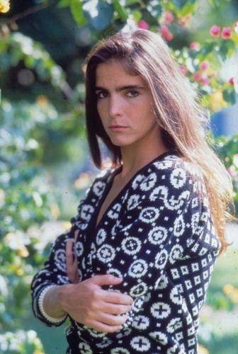 """Malu Mader protagoniza sua primeira novela na Globo, """"Fera Radical"""". Na trama, ela vive Cláudia, que busca se vingar do extermínio de sua família, ocorrido quando ainda era criança (1988)"""