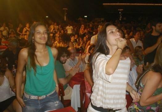 Dez.2006 - Novamente com a amiga Ildi Silva, Cleo Pires assovia após apresentação da peça de Eri Jonhson no Rio