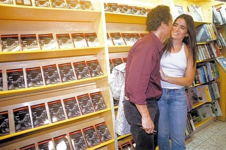 O músico Tony Belotto beija sua mulher, Malu Mader, durante lançamento de seu livro 'Bellini e os Espíritos' - terceiro livro da série protagonizada pelo detetive Remo Bellini - na Livraria Siciliano, em São Paulo (15/4/05)