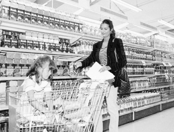 A modelo Luiza Brunet em supermercado do Leblon com sua filha, Yasmin, durante a campanha &#34;Natal sem fome&#34; de 1994