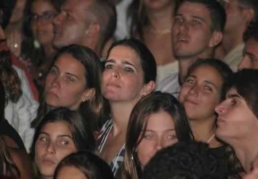 Como uma autêntica fã, Malu assiste a show do marido Tony Bellotto no Rio de Janeiro (novembro/2005)