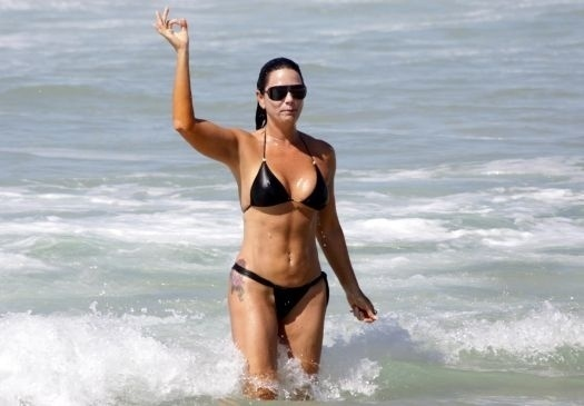 Luiza Brunet faz gesto obsceno para o fot&#243;grafo que a clicava na praia da Reserva, no Rio de Janeiro (5/2/11). Irritada, a empres&#225;ria tamb&#233;m ironizou fazendo poses exageradas para a c&#226;mera