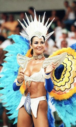 No Carnaval de 1998, a modelo Luiza Brunet durante desfile da escola de samba Imperatriz Lepoldinense