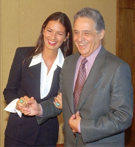 O ex-presidente Fernando Henrique Cardoso recebe a modelo Luiza Brunet ap&#243;s a posse do ministro da Ind&#250;stria e Com&#233;rcio, Francisco Dornelles (PPB)