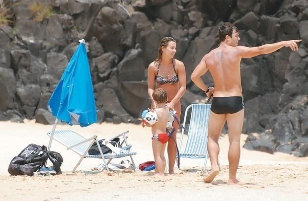 Thiago Rodrigues e Cristiane Dias curtiram as belezas das praias de Fernando de Noronha com o filho, Gabriel.