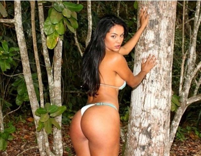 Candidata ao título de Miss Bumbum 2012, a modelo e passistas da escola de samba paulista Mancha Verde, exibiu suas belas curvas em um ensaio de biquíni, nesta terça-feira (11). As fotos da representante do Mato Grosso foram feitas na Praia das Conchas, no Guarujá, litoral de São Paulo.