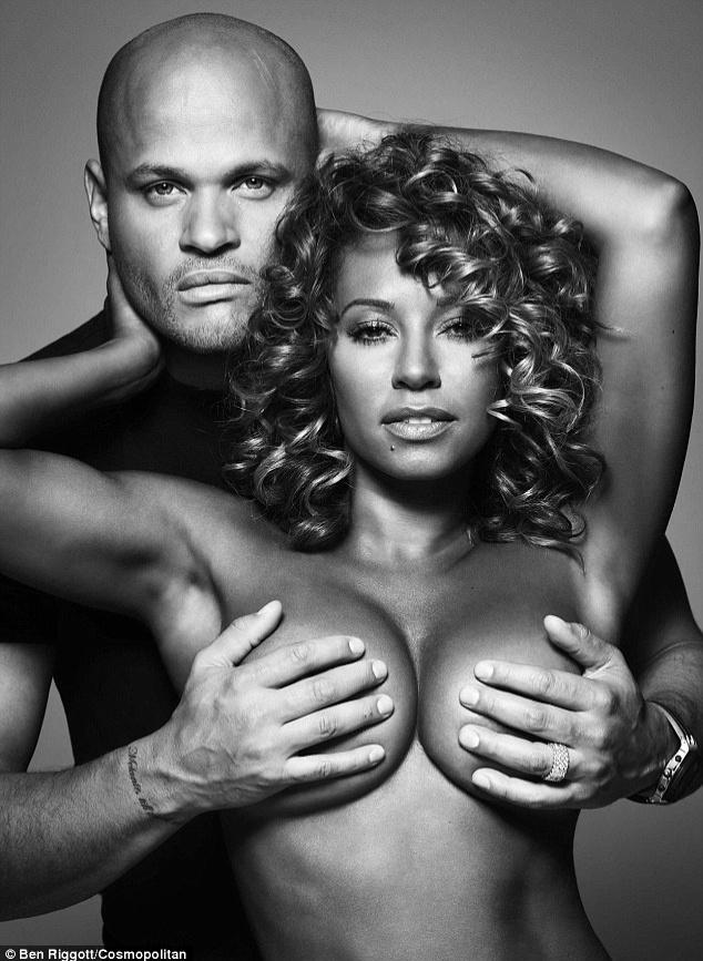 """Melanie Brown, ou Mel B, uma das cinco Spice Girls, posou com os seios tampados pelas mãos do marido, Stephen Belafonte, para uma nova campanha de conscientização contra o câncer de mama, criada pela revista """"Cosmopolitan"""". """"Eu encontrei um caroço quando tinha 17 anos e me apavorei. Descobri que não era nada, mas me aterrorizei. Desde então, sempre estou checando"""", disse a cantora à publicação"""