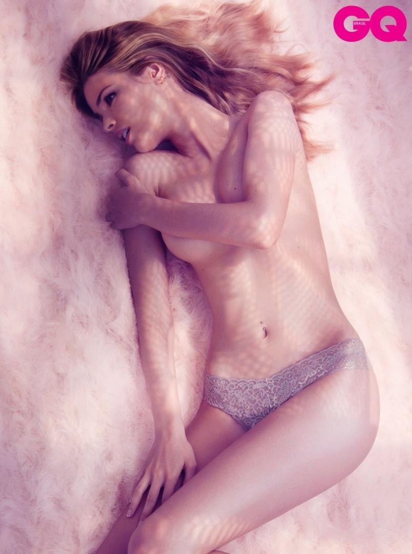 """Yasmin Brunet tira a roupa e mostra tudo em ensaio para a revista """"GQ"""" (setembro/2012). Modelo desde os 14 anos, a loira é modesta com relação à própria beleza: """"Não me considero sexy. Não penso nisso. Acho que todos os trabalhos que fiz têm um lado divertido e uma parte para se orgulhar"""", disse à publicação"""