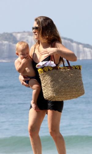 """A atriz Claudia Abreu, 41, aproveitou a manhã de sábado com os filhos na praia do Leblon, no RJ (15/9/12). A intérprete de Chayene, de """"Cheias de Charme"""", usou um maiô discreto durante o passeio"""