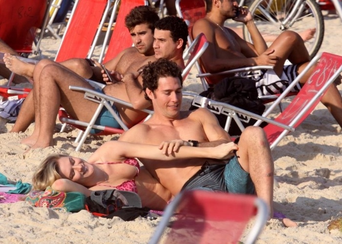 Fiorella Mattheis e Flávio Canto curtem clima de romance na praia do Leblon, Rio de Janeiro (15/9/12)