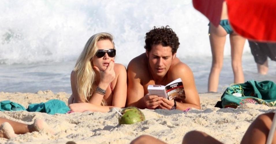 Fiorella Mattheis e Flávio Canto curtem tarde de sol na praia do Leblon, Rio de Janeiro (15/9/12)