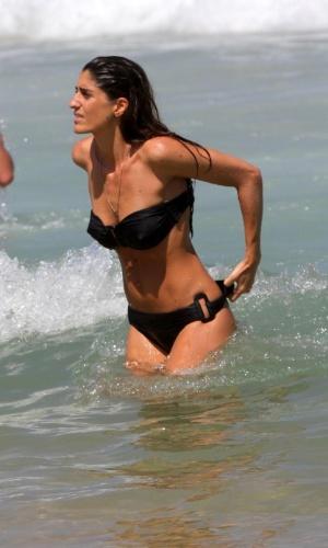 A apresentadora do canal GNT Cynthia Howlett aproveitou o calor de domingo (16/9/12) para dar um mergulho no mar da praia do Leblon, no Rio de Janeiro