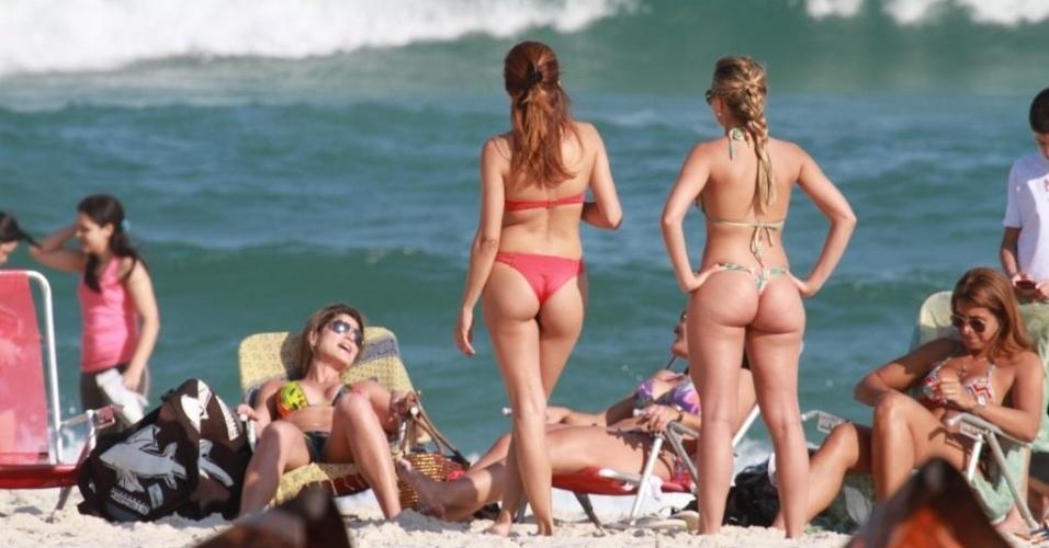 Acompanhada de um grupo de amigos, a atriz Nívea Stelmann curtiu a tarde de domingo na praia da Barra da Tijuca, zona oeste do Rio de Janeiro (16/9/12)