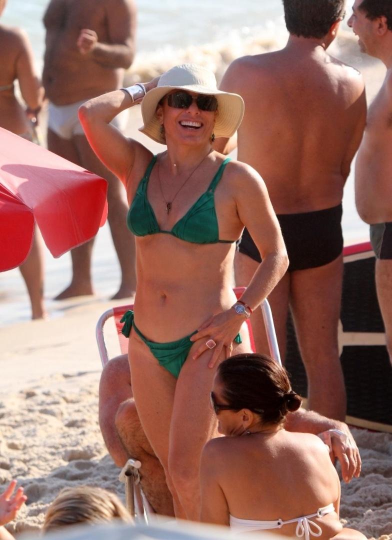 Aos 55 anos, Cissa Guimarães exibiu um corpão de dar inveja durante tarde de sol na praia de Ipanema, Rio de Janeiro (16/9/12)