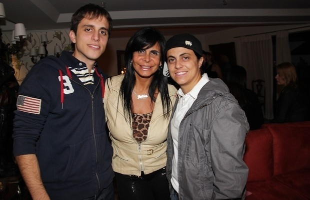 Gretchen posa com os filhos Sérgio e Thammy em um coquetel realizado em São Paulo (6/5/12)