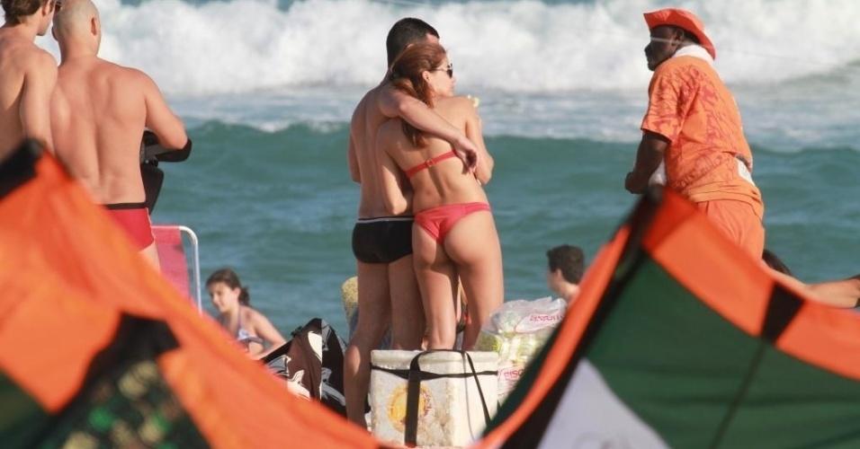 Nívea Stelmann curtiu o maior chamego na tarde de domingo (16/9/12) na Barra da Tijuca, no Rio, ao lado de um rapaz. A atriz, que não revelou o nome de seu affair, aproveitou o clima de romance, trocando beijos e carinhos na praia. O casal estava acompanhado de um grupo de amigos