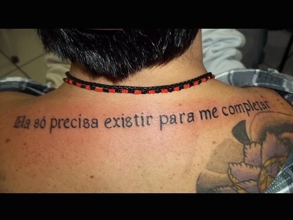 """Thammy Miranda faz tatuagem para a namorada com um trecho da música """"Ela une todas as coisas"""" de Jorge Vercilo (16/8/11)"""