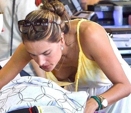 Alessandra Ambrósio deixou acidentalmente os seios à mostra em um mercado de Los Angeles (19/9/12). A top estava sem sutiã e com um vestido largo que traiu a modelo quando ela se abaixou para ver o filho Noah, de quatro meses, em seu carrinho