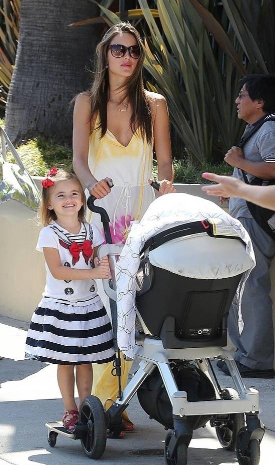 Após flagra do seio à mostra, a modelo brasileira Alessandra Ambrósio circula em Los Angeles com os filhos Noah (carrinho) e  Anja (19/9/12)