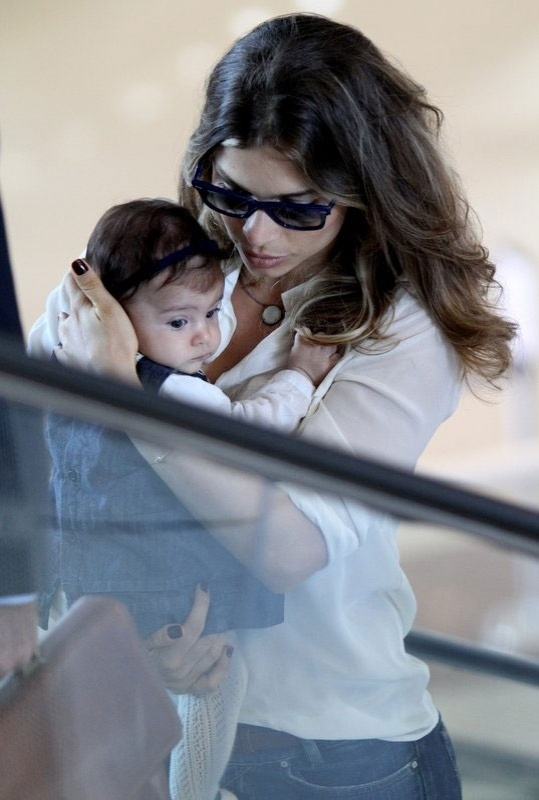 Grazi Massafera é fotografada no aeroporto Santos Dumont, no Rio de Janeiro, com a filha Sofia (19/9/12). A bebê, fruto do relacionamento da atriz com Cauã Reymond, nasceu em 24 de maio de 2012