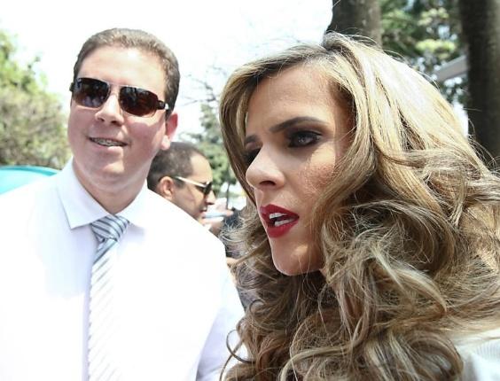 Denise Rocha, a musa da CPI, durante lançamento da revista em Brasília. A loira exibiu o corpão em um vestido branco decotado (12/9/12)