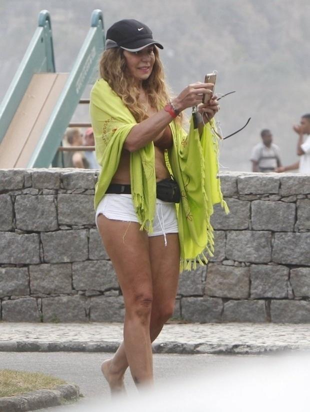 Aos 61 anos, vestida com um shortinho, a cantora Elba Ramalho exibe ótima forma na praia na Barra da Tijuca, no Rio de Janeiro (21/9/12)