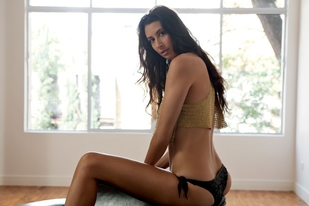 """Sheilla Castro, nova musa do vôlei, teve duas fotos divulgadas do ensaio feito para a """"VIP"""" nesta segunda-feira. A gata das quadras aparece de top dourado e calcinha preta, exibindo a boa forma que esbanja em quadra (25/9/12)"""