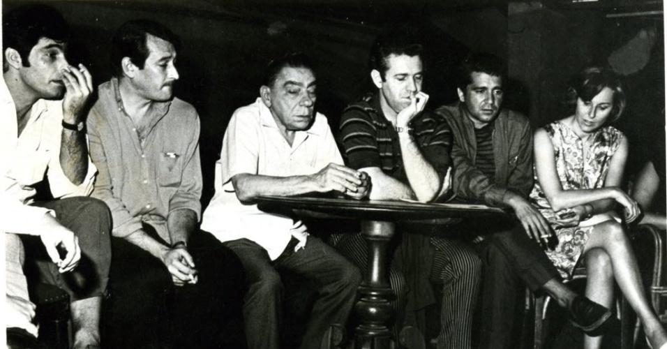 Da esquerda para a direita, os atores Altair Lima, Paulo Goulart, Juca de Oliveira, Plínio Marcos e Nídia Lycia participam de reunião no Teatro Galpão, em SP (1/2/68)