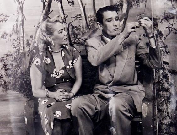 """Os atores Jane Batista e Paulo Goulart em cena da novela """"Helena"""", de 1952. Esta foi a primeira obra do ator na televisão brasileira"""
