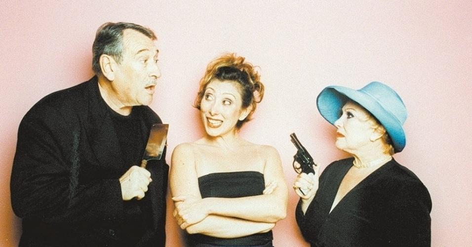"""Paulo Goulart, Bárbara Bruno (filha do casal) e Nicette Bruno, em cena da peça """"Crimes Delicados"""" (2000)"""
