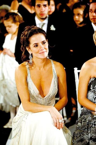 Deborah Secco, madrinha de Juliana Paes, escolheu um vestido com decotão (9/9/2008)