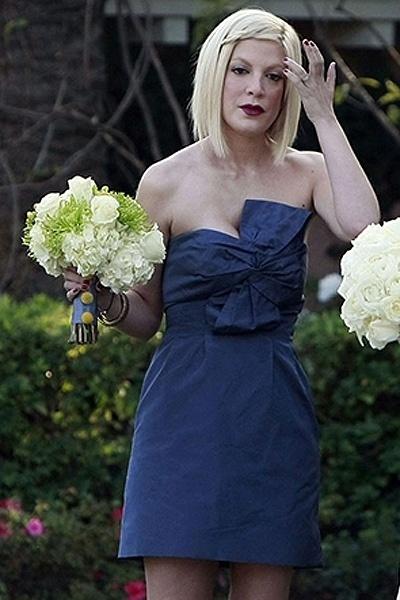 """Tori Spelling, a Donna do seriado """"Barrados no Baile"""", foi madrinha da amiga Amy Colvin. A atriz usou um tomara-que-caia curto (2011)"""