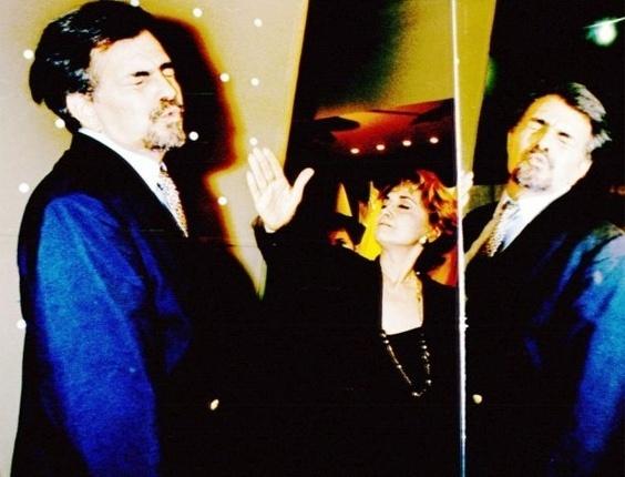 """Durante cena da novela """"Pátria Minha"""", a atriz Eva Wilma simula uma bofetada no ator Tarcísio Meira (10/11/94)"""