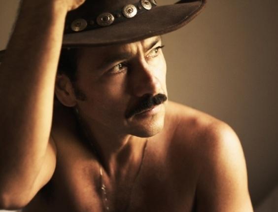 """Em ensaio para a revista """"TPM"""" de outubro, o ator Marcos Palmeira mostra que continua assumindo muito bem o papel de galã. Aos 49 anos, ele diz estar mais saudável com o avanço da idade: """"Eu não fiquei sentado esperando a crise aparecer. Mas ela deve ter me mobilizado e, de alguma maneira, eu matei ela no peito, fui quicando, dei uns dribles, dei uns chutes, acertei na trave algumas vezes. Foi uma coisa natural, de querer amadurecer, ser mais feliz, sofrer menos com as coisas"""" (4/10/12)"""