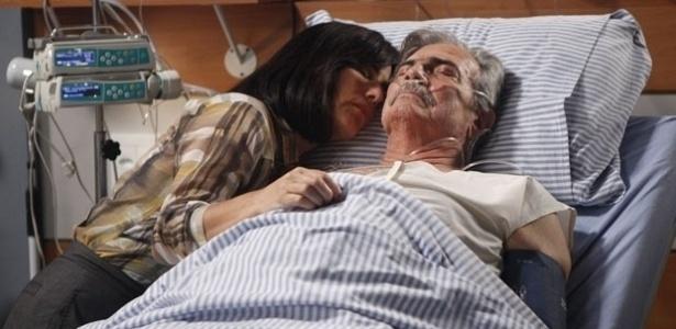 """Glória Pires e Tarcísio Meira em cena da novela """"Insensato Coração"""", na qual interpretou um velho mulherengo (1/6/11)"""