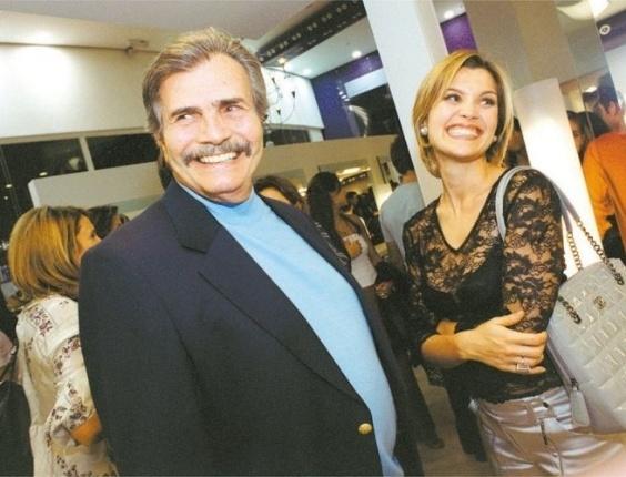 O ator Tarcísio Meira e a atriz Flávia Alessandra durante a festa de inauguração do salão de beleza do cabeleireiro Wanderley Nunes, em Campinas, São Paulo (23/5/03)