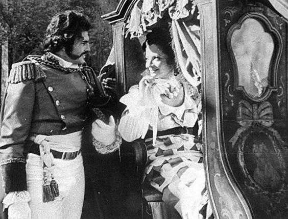 """O ator Tarcísio Meira e a atriz Glória Menezes em cena do filme documentário """"Independência ou Morte"""", da década de 70"""