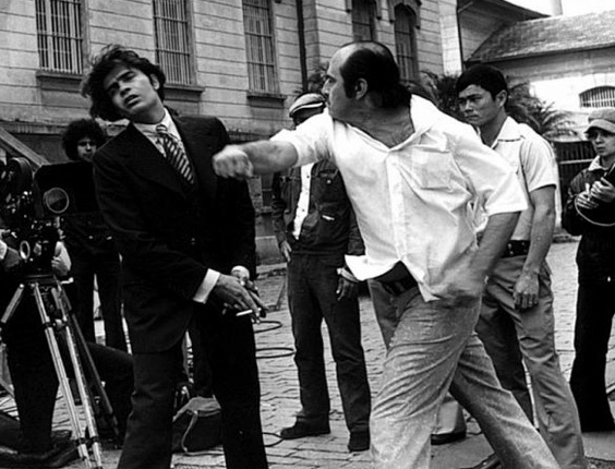"""O diretor de cinema e TV, Carlos Manga (à dir.), bate no ator Tarcísio Meira durante ensaio do filme """"O Marginal"""" (1974)"""