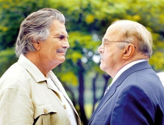 """Os atores Tarcísio Meira, que interpretou Copola, e Mauro Mendonça, que interpretou Gonçalo Fontini, na novela """"A Favorita"""", da Rede Globo, posam para foto (30/5/08)"""