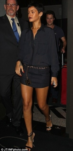 Rihanna &#233; clicada ao sair de um hotel em Nova York &#40;3/10/12&#41;. De acordo com o site ?Daily Mail?, ap&#243;s alguns minutos, o ex da cantora, Crhis Brown, foi visto deixando o local. Os dois n&#227;o admitem que tenham reatado, mas j&#225; foram vistos algumas vezes juntos. O casal se separou em 2009, quando o rapper foi acusado de ter agredido a cantora