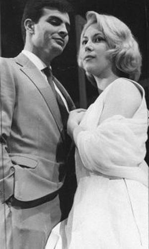 Se engana quem pensa que Tarcísio Meira era escalado apenas para fazer par romântico com sua mulher, Glória Menezes. Na foto, o ator trabalha ao lado da atriz Irina Greco (1970)
