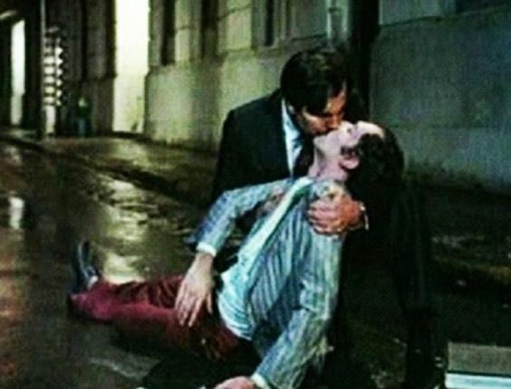 """Tarcísio Meira beija Ney Latorraca na boca durante cena do polêmico filme """"O Beijo no Asfalto"""", adaptado da peça de teatro homônima de Nelson Rodrigues (1981)"""