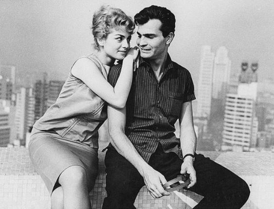 Tarcísio Meira e a atriz Jacqueline Myrna em cena da novela 'A Desforra' (1965)