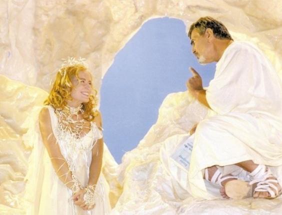 """Tarcísio Meira em cena da novela """"Um Anjo Caiu do Céu"""", da Globo; ao lado da apresentadora Angélica (2001)"""
