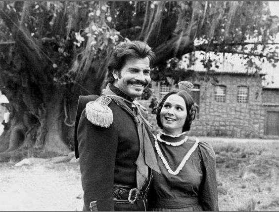"""Tarcísio Meira interpreta o Capitão Rodrigo e contracena com Louise Cardoso, em cena de """"O Tempo e o Vento"""", minissérie da TV Globo (1985)"""