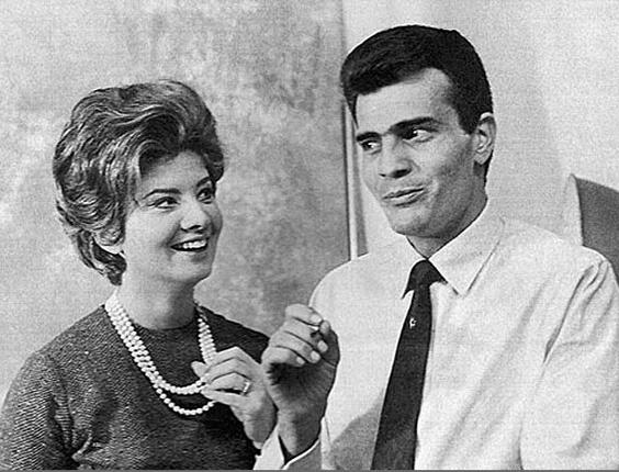 Tarcísio Meira na primeira telenovela diária brasileira '2-5399 Ocupado', da antiga TV Excelsior (1963). Já naquela época, fazia par romântico com a atriz Glória Menezes, sua esposa