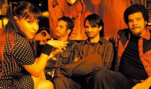 """A cantora Pitty e sua banda na época do lançamento de seu segundo álbum, """"Anacrônico"""" (8/8/05). Um dos sucessos deste disco foi """"Memórias"""""""