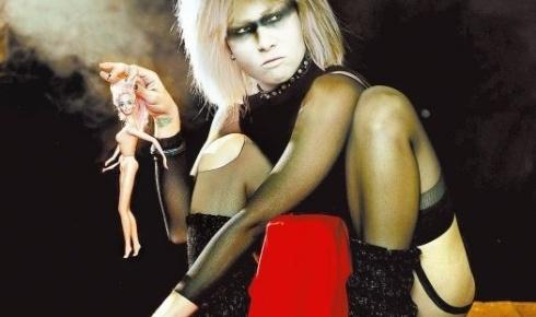 """A cantora Pitty fantasiada da androide Pris, personagem interpretada pela atriz Daryl Hannah no filme """"Blade Runner"""", durante sessão para livro de fotografia (26/11/09)"""