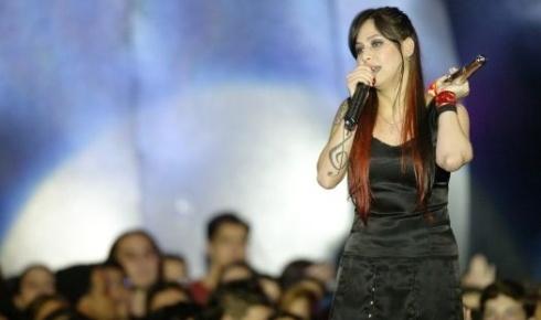 Pitty faz show durante festa de premiação do 11º Video Music Brasil da MTV, em São Paulo (29/9/05)