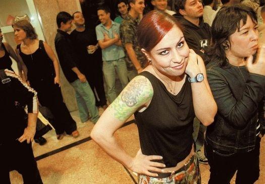 """Pitty na inauguração da loja da Cavalera no Shopping Center Morumbi, em São Paulo (10/11/04). No início de sua trajetória musical, ela participou da banda Shes (1997?1999) como baterista e também da banda Inkoma (1995?2001), iniciando sua carreira como vocalista. Em 2003, a roqueira despontou para a fama com o álbum """"Admirável Chip Novo"""""""